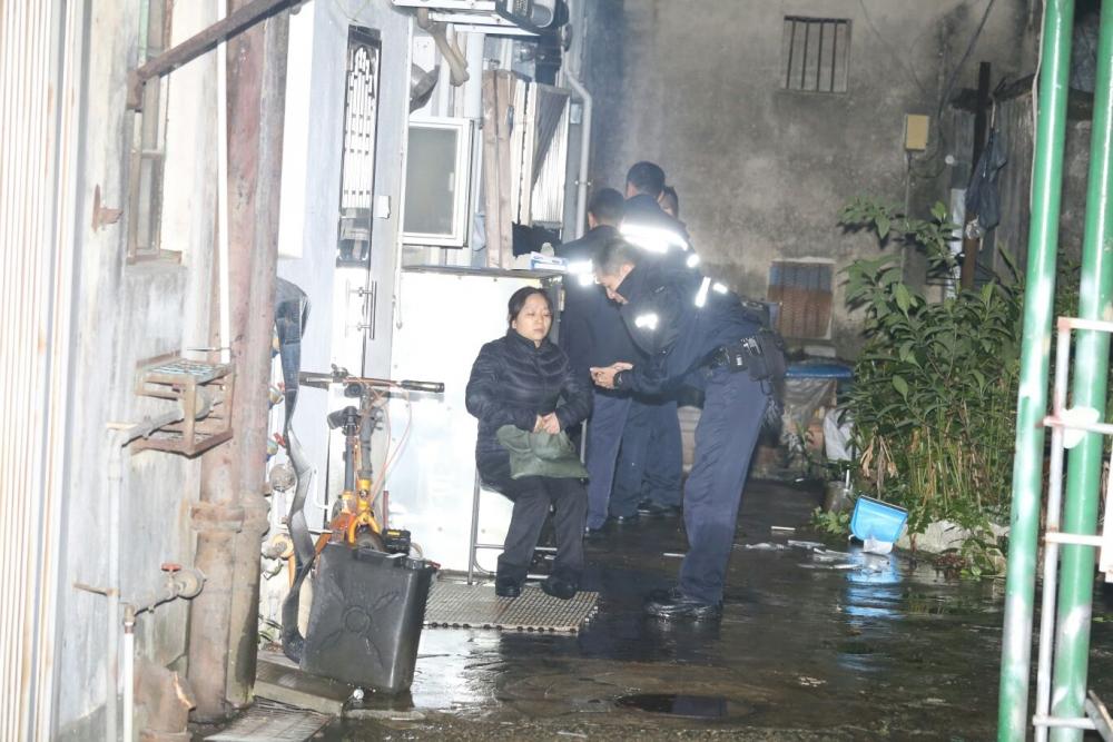 被襲少年母親其後返回家中,發現二人爭吵。
