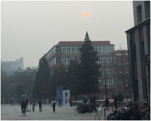 北京全市大部分地區能見度在2至3公里,南部地區能見度僅為1公里左右。網圖