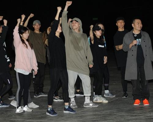 達明與樂團及舞蹈員綵排。