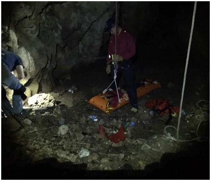 救援人員從蓮花洞垂降洞底。