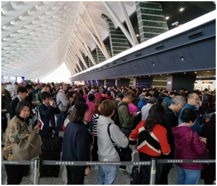 台灣桃園機場出現大量旅客。李芮萱fb圖片
