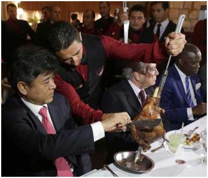 特梅爾帶領20名使節到巴西利亞一間湖畔餐廳吃傳統烤肉。AP圖片