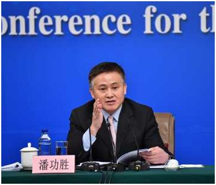潘功勝指部分企業海外投資存在「非理性和異常投資行為」。新華社圖片