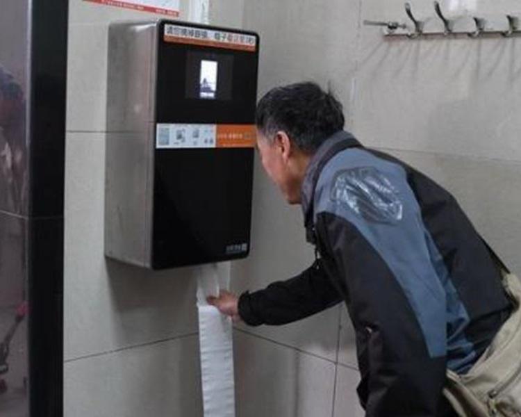 北京推人臉識別廁紙機。網上圖片