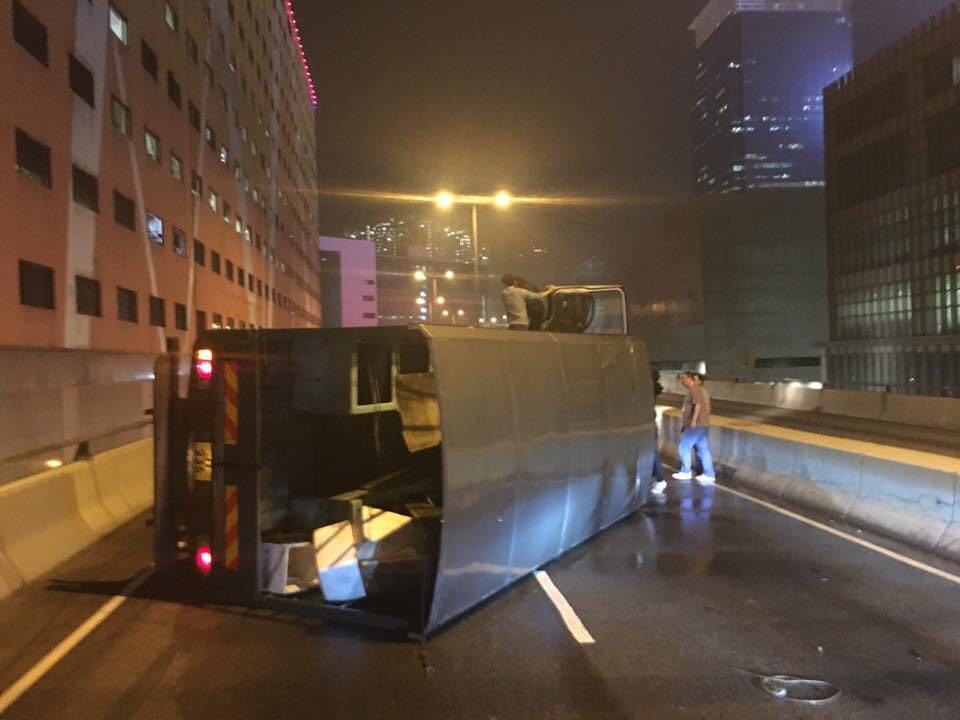 貨車橫亘路中。