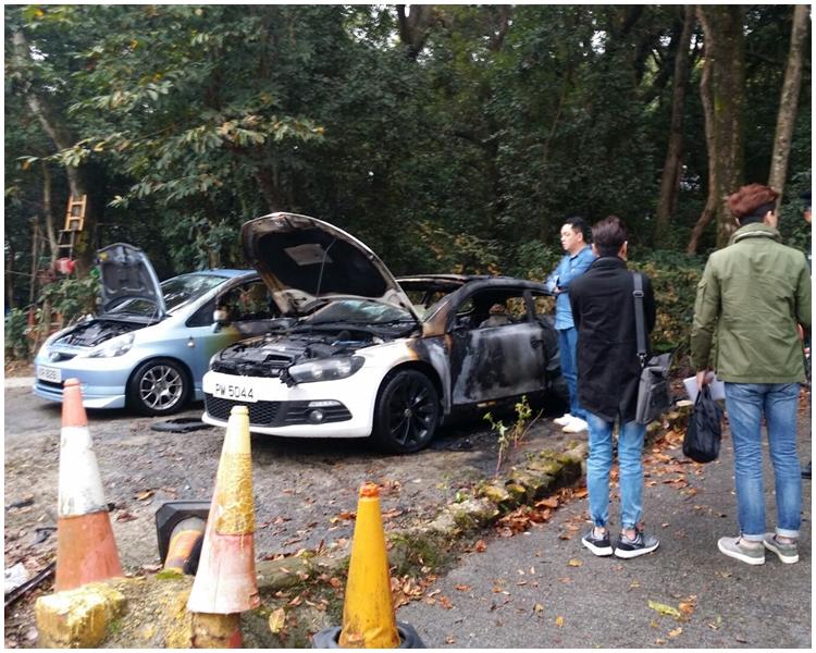 白色私家車已嚴重焚毀。