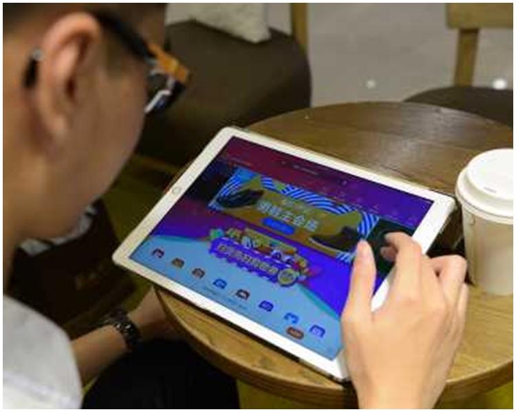 在新例下,手提電腦和平板電腦要寄艙。新華社圖片
