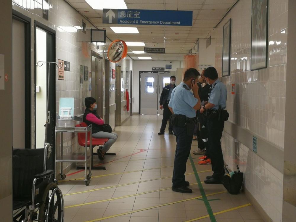 警員於病房門口等候。