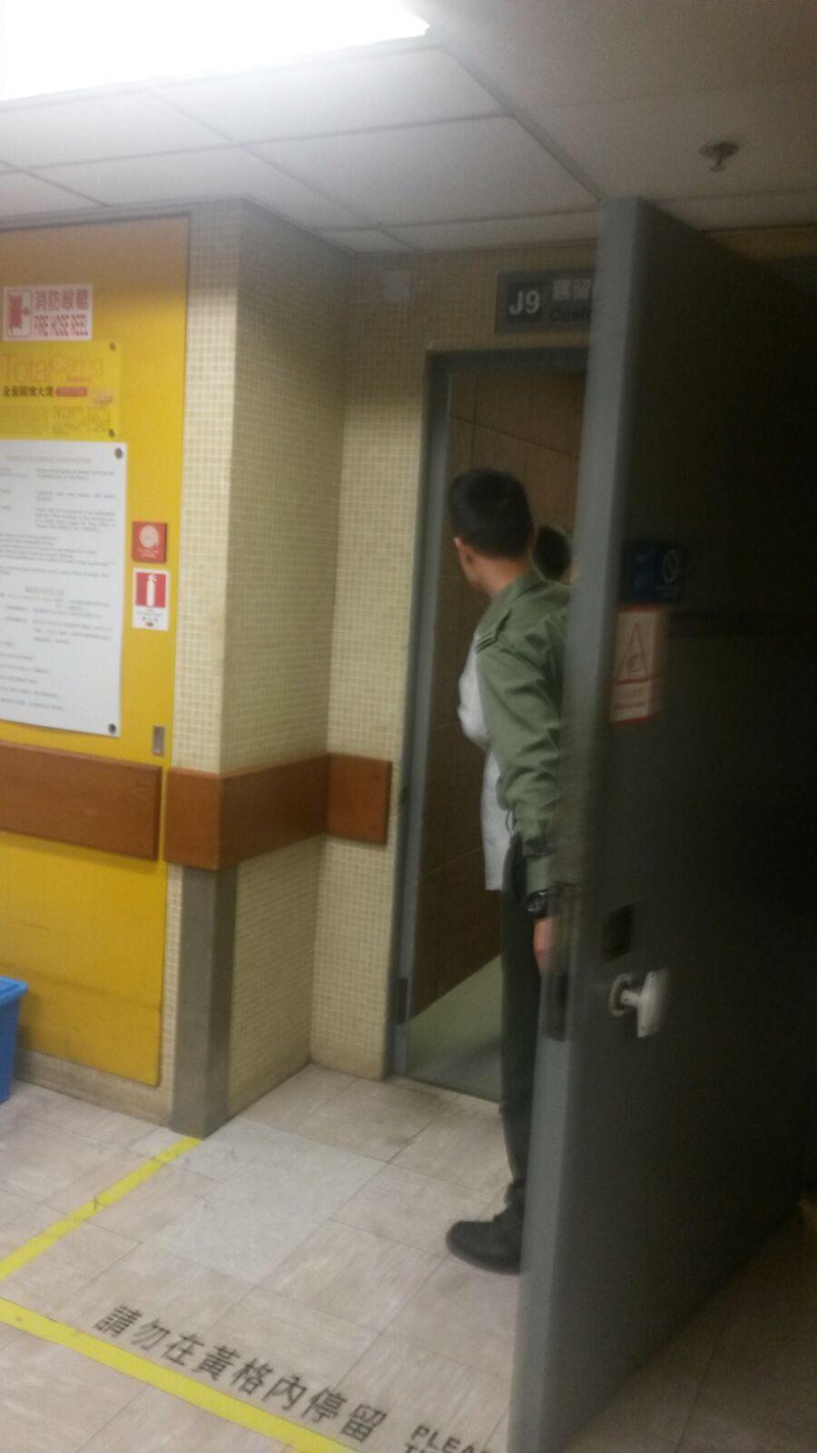 有醫生進入有傳曾蔭權現身處的瑪麗醫院羈留病房。