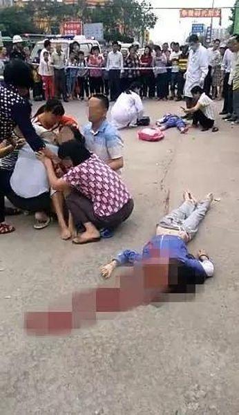 家屬趕至現場後,有人激動坐在屍旁痛哭。圖:騰訊