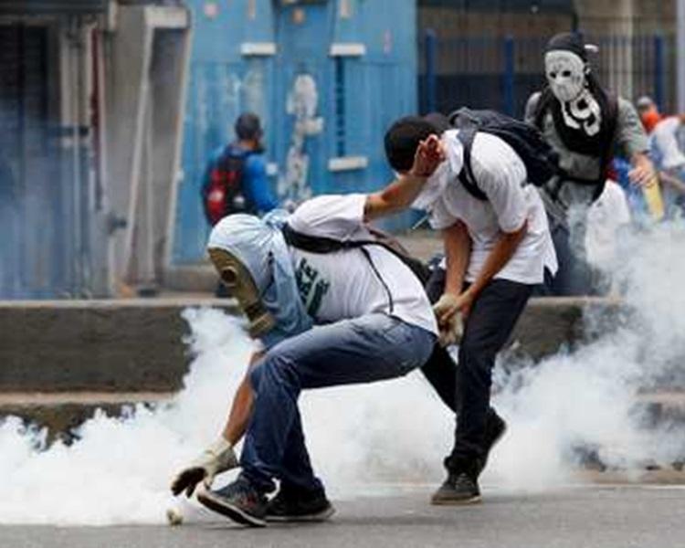 有示威者向警察擲石。AP