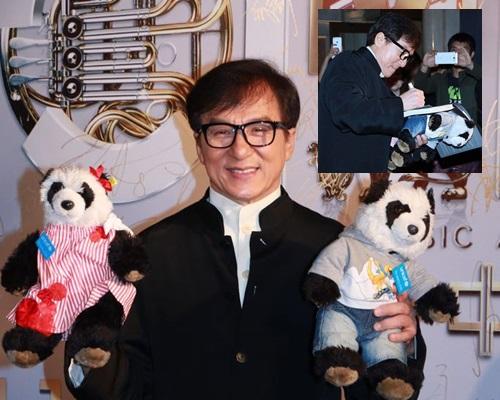 成龍帶熊貓公仔周遊列國,獲粉絲送基金,留作將來做善事。