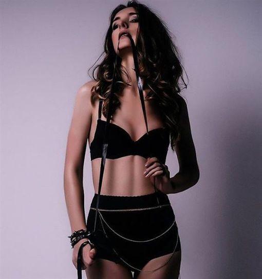 安德列扮女裝參加內衣比賽竟奪冠。網上圖片