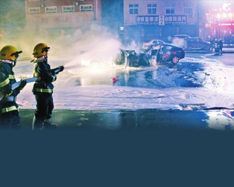 消防員最後到場將火救熄。