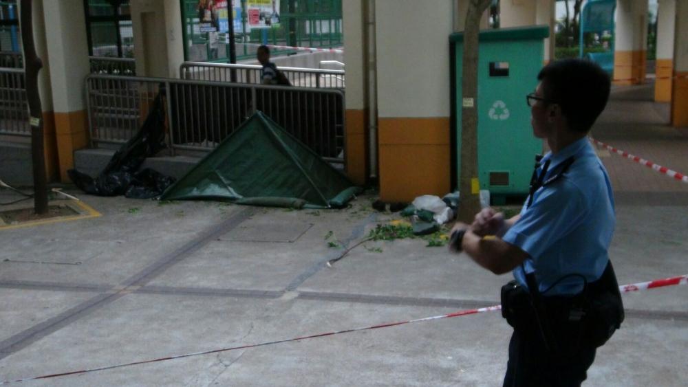 警方封鎖現場調查,並以帳篷將屍體蓋上。林思明攝