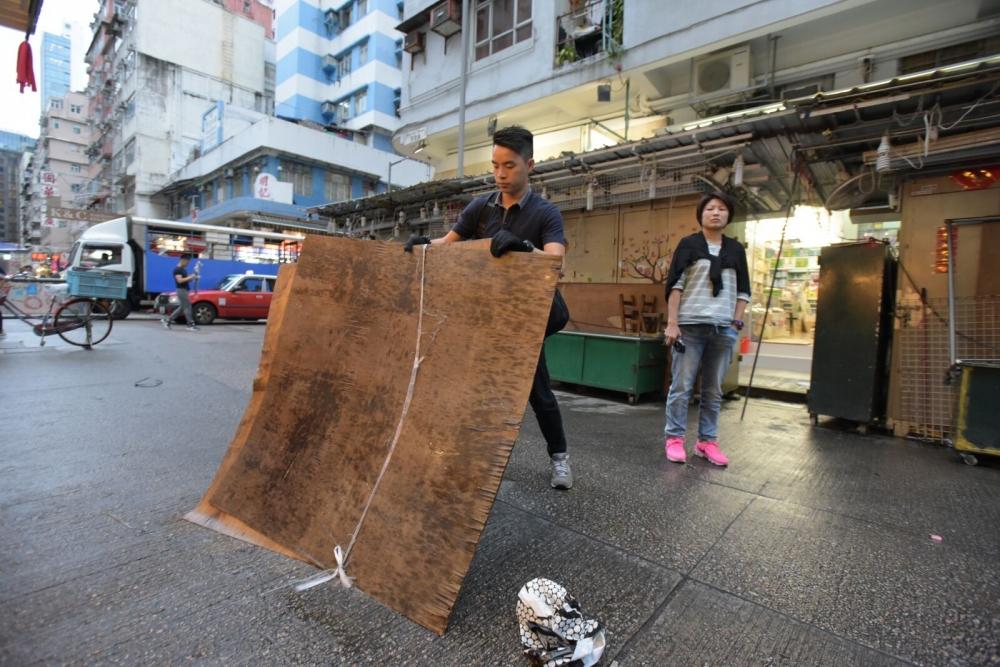 兩塊4乘4尺木板從高處墮下。黃文威攝