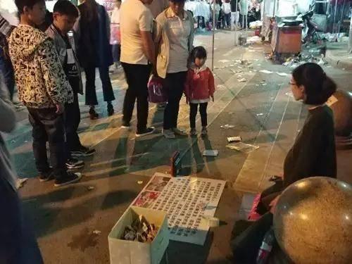 孕婦跪在鬧市路邊,圖引來途人的同情心。