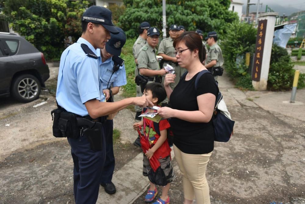 警方派出約40名警員派發宣傳單張。