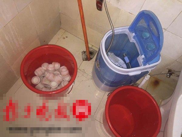 不法商販在馬桶邊的垃圾桶內清洗化妝品空樽。