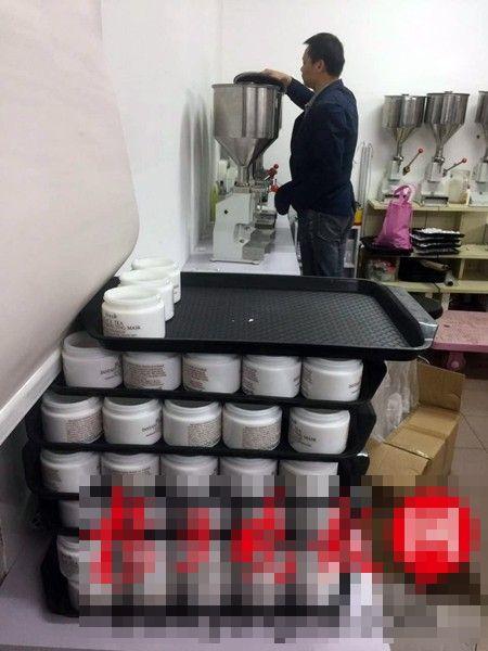 江蘇南京市警方近日搗破一個專門在網上售賣冒牌化妝品的工場。