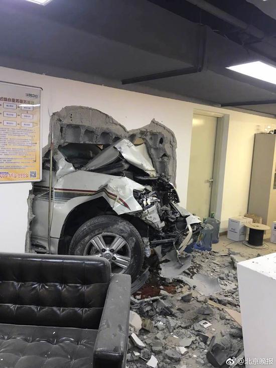 辦公室內兩員工被撞後受頭外傷。