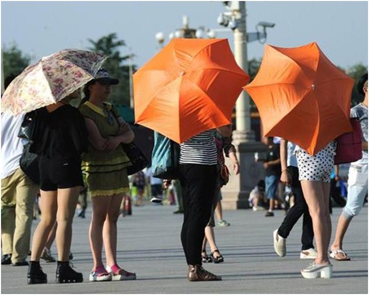 溫度上升,市民都換上夏裝。網圖