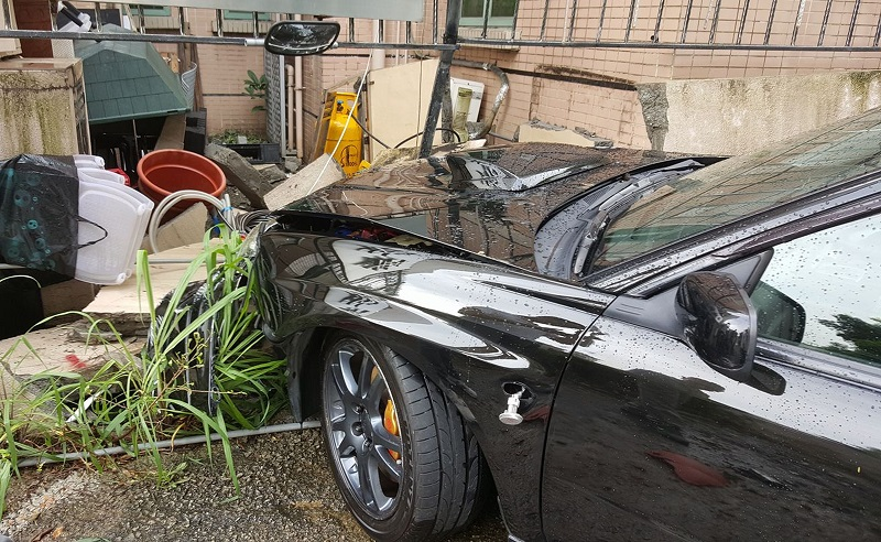 被密斗車撞的私家車撼穿牆。