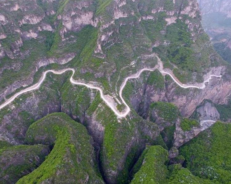 「虹梯關掛壁公路」由800名村民自行鑿穿而成。