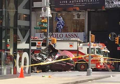 紐約市時代廣場一輛私家車高速駛上行人路撞向行人。AP