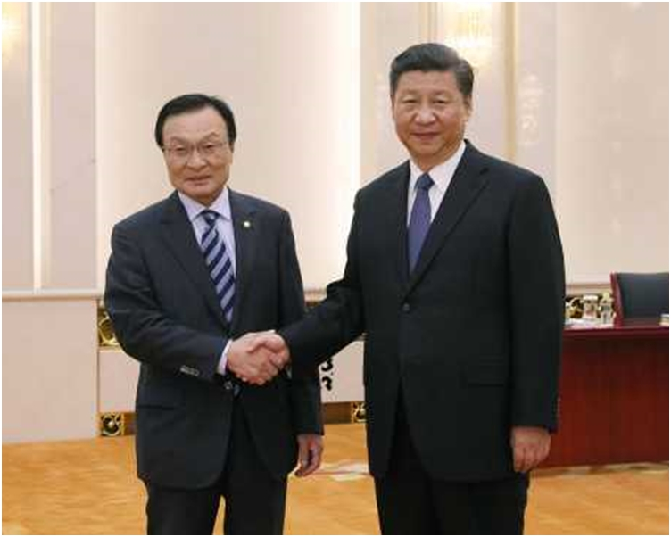 習近平(右)在人民大會堂會見南韓總統特使李海瓚(左)。 新華社