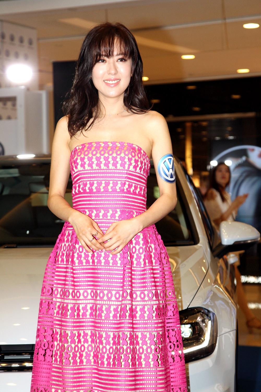 唐詩詠穿上桃紅色露肩裙出席汽車品牌活動。