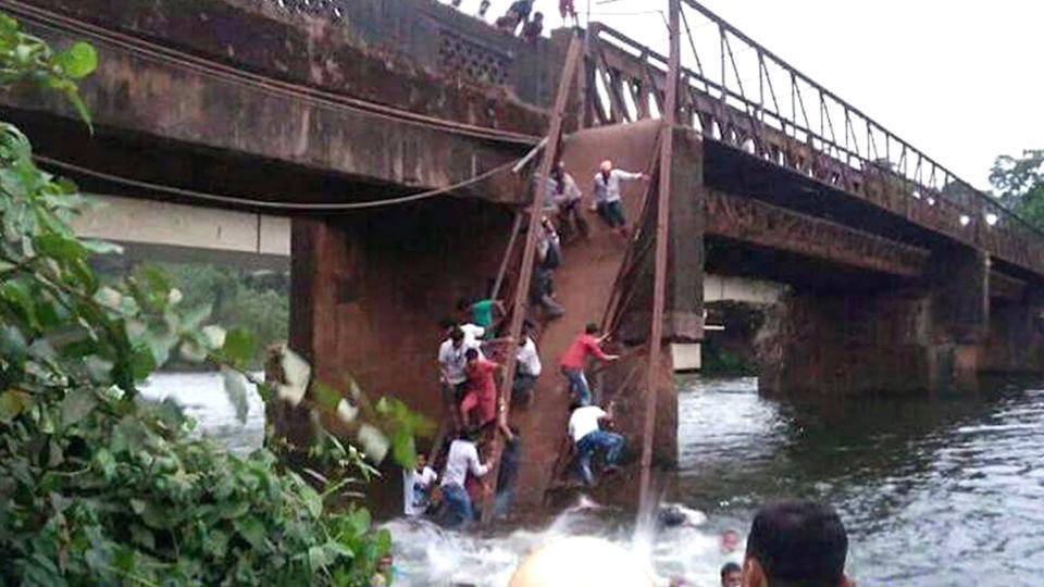 印度一名女子自殺引圍觀,行人橋不勝負荷倒塌一死30人失蹤。網上圖片