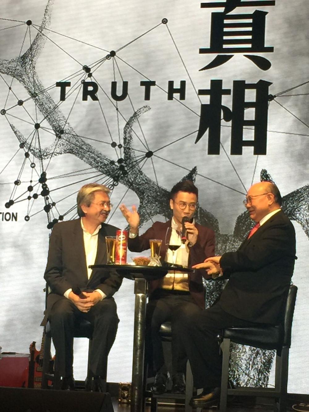 記協更邀請到曾俊華及胡官胡國興一起上台摸住酒杯底對談。