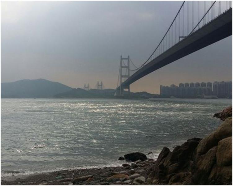 一道雲帶正為廣東沿岸帶來驟雨。