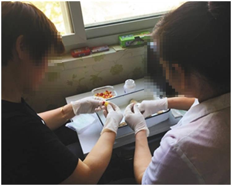 商販在民居內清洗、煮熟、烘烤加工製作「胎盤膠囊」。網上圖片