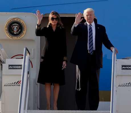 特朗普与夫人的专机在罗马机场降落。