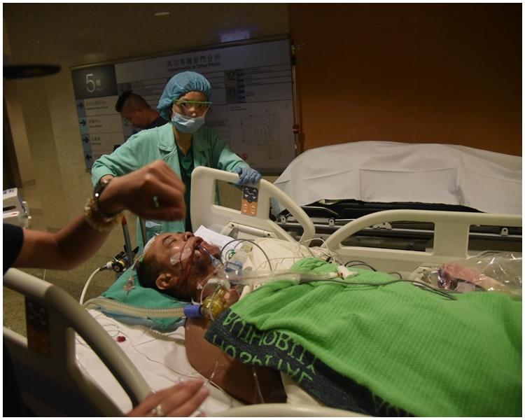 傷者頭部受創,腦有積血及腦壓偏高。