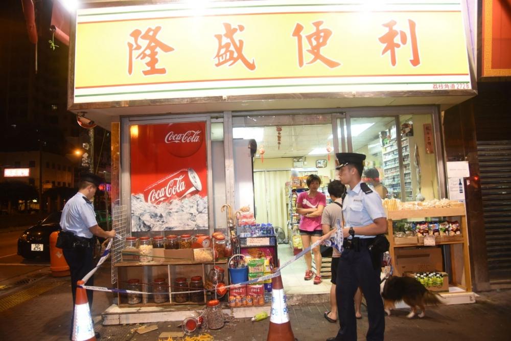 士多遭殃,多個零食玻璃瓶被掃跌。