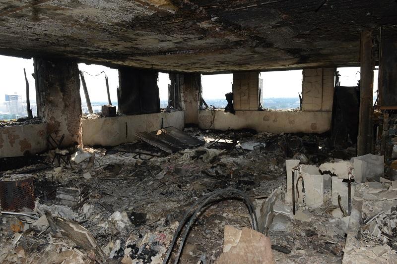 起火大廈單位嚴重焚毀,傢俬電器都燒至難以辨認,或只剩下支架,瓦礫散落一地。美聯社