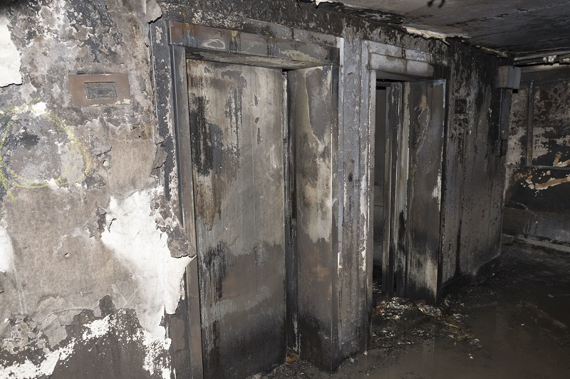牆身被嚴重熏黑。美聯社