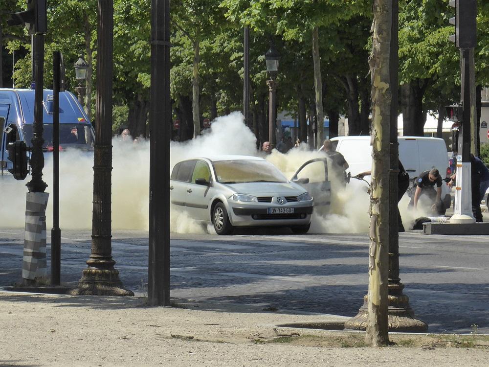 警方對涉案汽車使用滅火器。AP