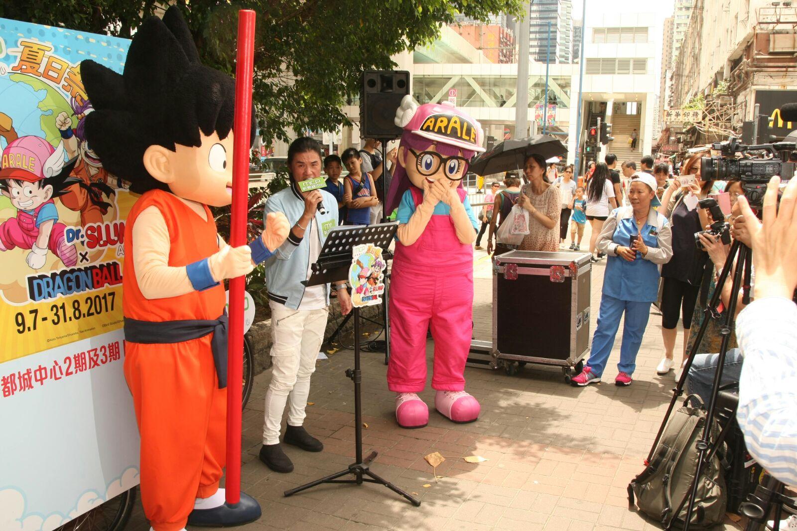 黃翊出席卡通人物街頭演唱活動。