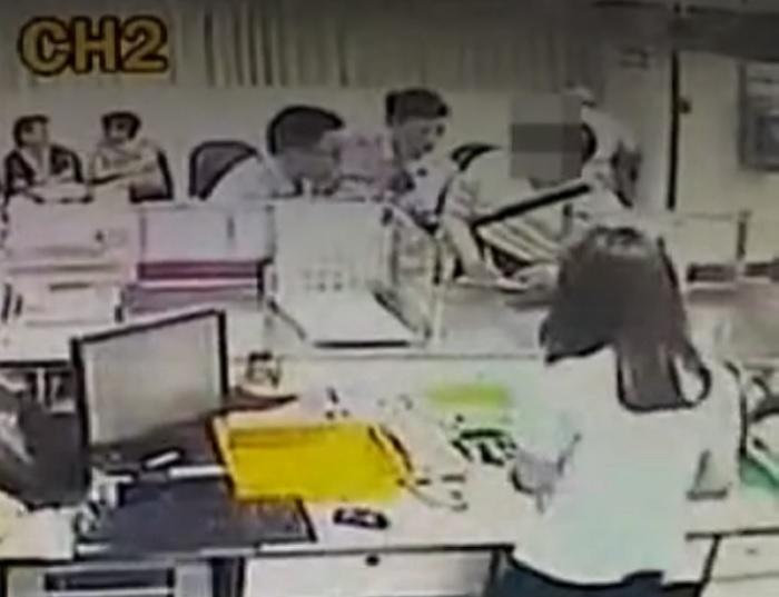 銀行職員及警員遊説男子。 網上圖片