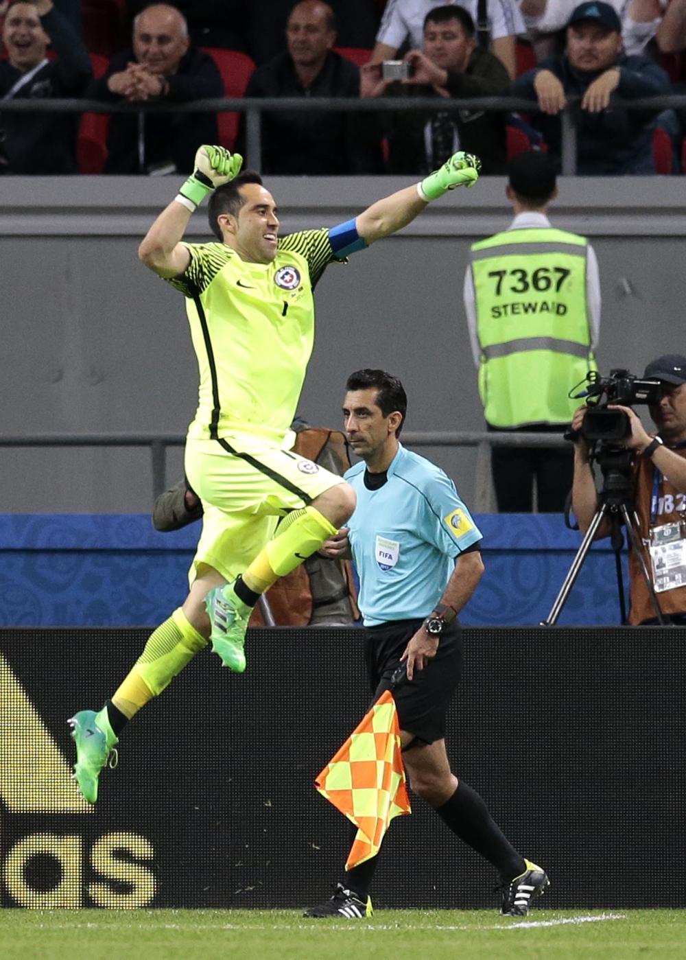 巴禾門神「上身」連救三球12碼,成智利殺入決賽的英雄。AP