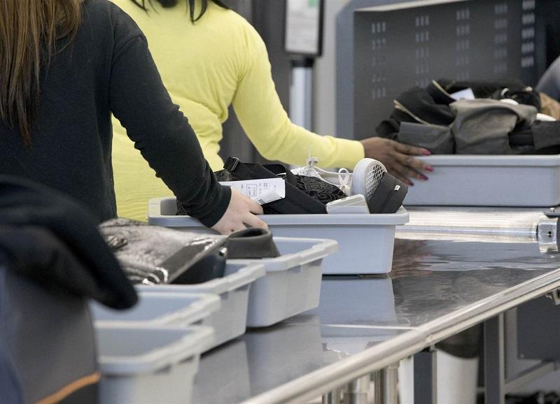 美国当局加强机场海外入境旅客安检,以防恐怖袭击。美联社