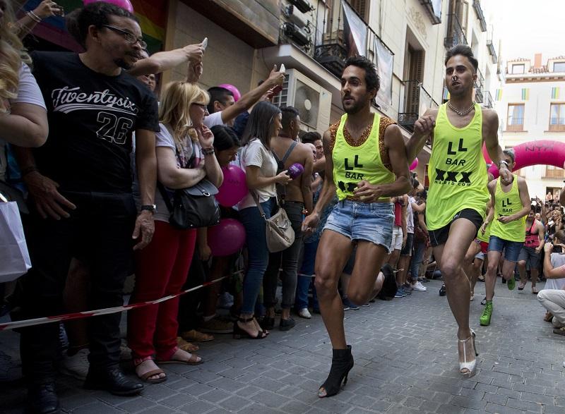 马德里正举行同志庆典「世界骄傲节」活动,于周四举办男子高跟鞋赛跑,场面热闹。美联社