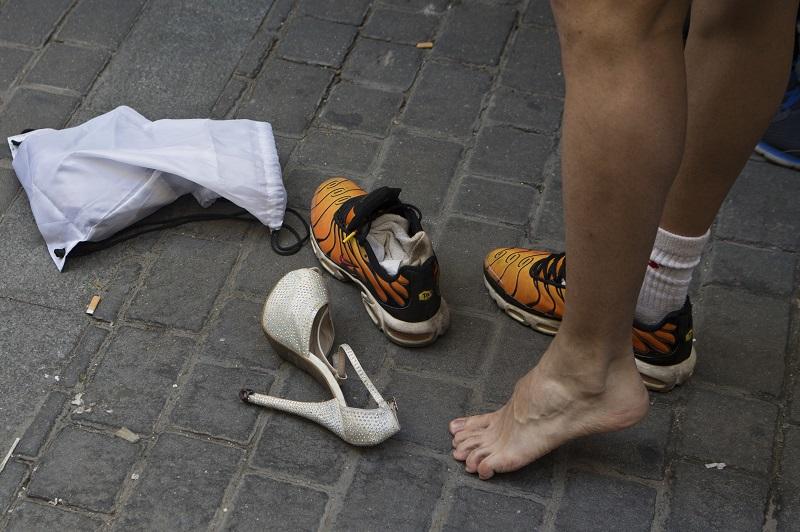参加者都弃波鞋,穿上最少4吋高的高跟鞋赛跑。美联社