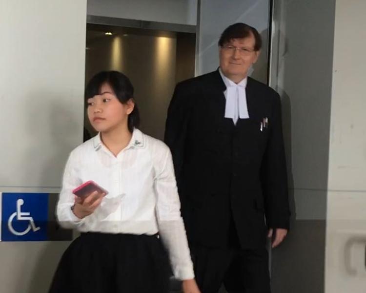 今天認罪被告黃麗蘊,後面是代表律師麥高義。方嘉欣攝