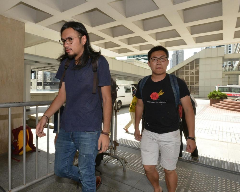 黃浩銘(右)今早到達高院。