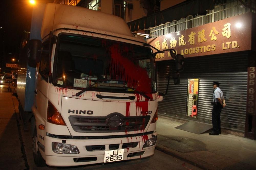 貨車的擋風玻璃被染紅。